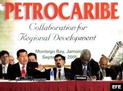 El presidente venezolano, Hugo Chávez (izda), acompañado por el primer ministro de Jamaica, Percival James Patterson (dcha), durante la cumbre de Petrocaribe celebrada el 6 de septiembre de 2005, en Montego Bay (Jamaica). EFE