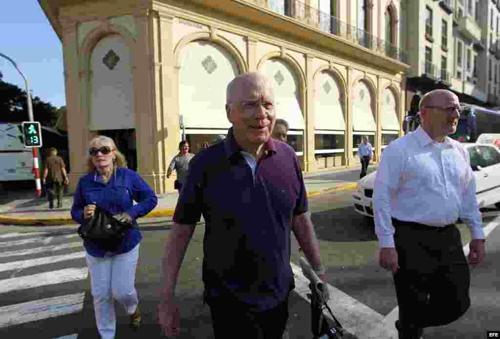 Leahy y otros miembros de la delegación entraron a mediodía a un elegante restaurante en La Habana Vieja con el canciller Bruno Rodríguez. Asimismo, cenaron con el jefe del parlamento Ricardo Alarcón el lunes y viajaron a la antigua finca de Ernest Hemingway.