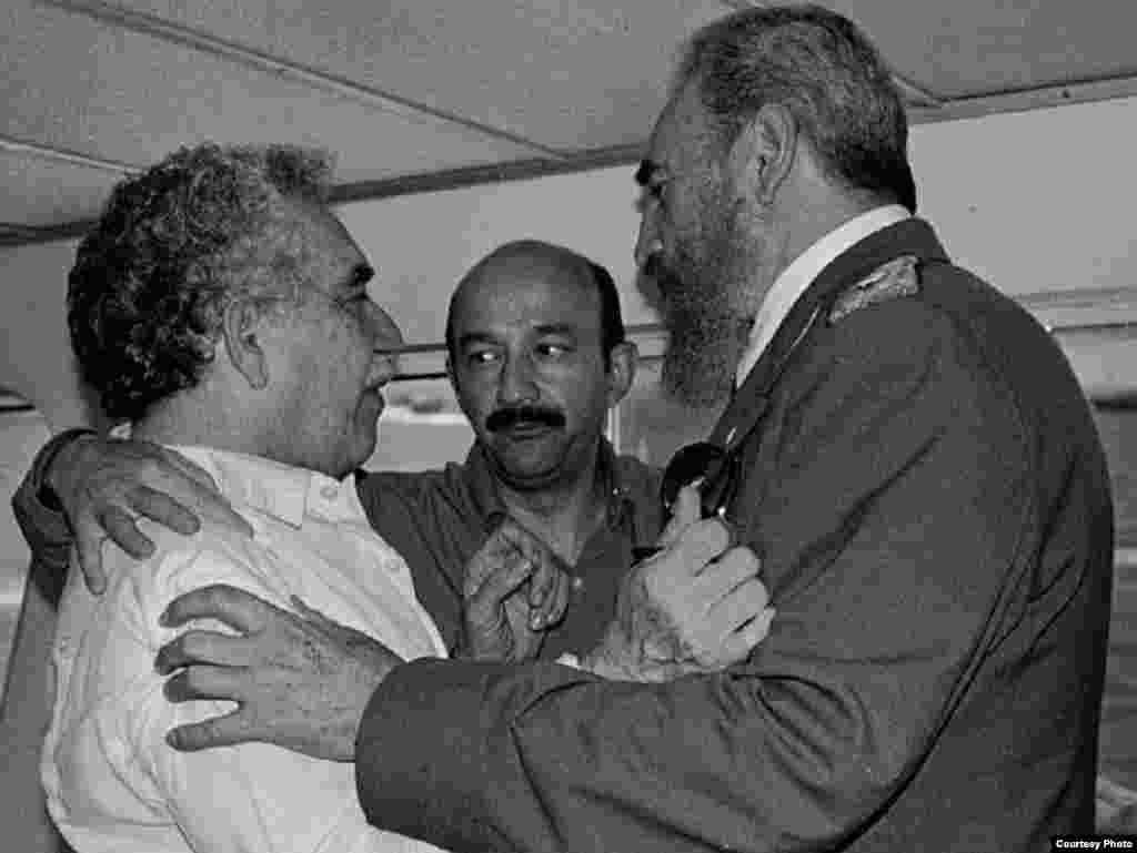 Gabriel García Márquez (i), el fugitivo ex presidente de México Carlos Salinas de Gortari (c) y Fidel Castro en el yate de éste. (Luis Domínguez)