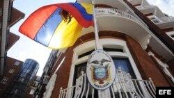 La bandera de Ecuador ondea en la embajada de Ecuador en Londres, Inglaterra, hoy, martes, 14 de agosto de 2012. EFE/Facundo Arrizabalaga