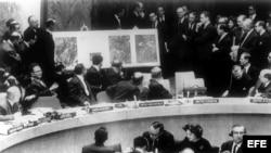 El delegado norteamericano en la ONU, Adlai Stevenson, muestra a los miembros del Consejo de Seguridad, las fotos aéreas de las bases rusas de cohetes en Cuba. Stevenson aparece a la derecha de la foto; a la izquierda, el delegado ruso, Valerian Zorin