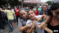 Eralides Frómeta Polanco, de las Damas de Blanco es detenida, entre hostigamiento e insultos de sectores oficialistas, el 10 de diciembre de 2015, en La Habana (Cuba)