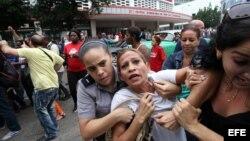Eralides Frómeta Polanco, Damas de Blanco, es detenida entre hostigamiento e insultos de sectores oficialistas, el 10 de diciembre de 2015, en La Habana.