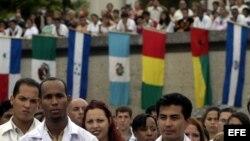 Jóvenes médicos en un acto realizado en la Escuela de Medicina Mártires de Girón, Cuba.