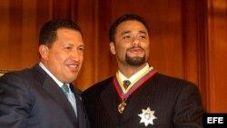 Hugo Chávez (i), posa con el lanzador venezolano Johan Santana (d), ganador del premio Cy Young de la Liga Americana en 2012. Archivo.