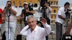 El presidente de Chile Sebastián Piñera saluda a su llegada hoy, lunes 10 de febrero de 2014, a la explanada de San Francisco en el Centro de Convenciones donde se realiza la VIII Cumbre de la Alianza Pacífico en Cartagena de Indias (Colombia).