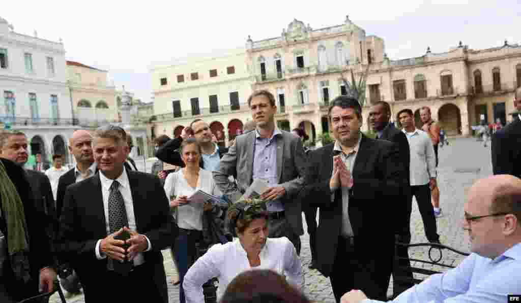 El ministro alemán de Economía, Sigmar Gabriel (d), realiza un recorrido por el Centro Histórico de La Habana hoy, viernes 8 de enero de 2016.