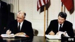Ronald Reagan y Mijail Gorbachev firman acuerdo sobre misiles nucleares en diciembre de 1987.