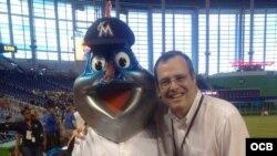 José Pepé Lacayo junto a la mascota de los Marlins
