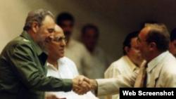 Vahe Cy Tokmakjian saluda a Fidel Castro.