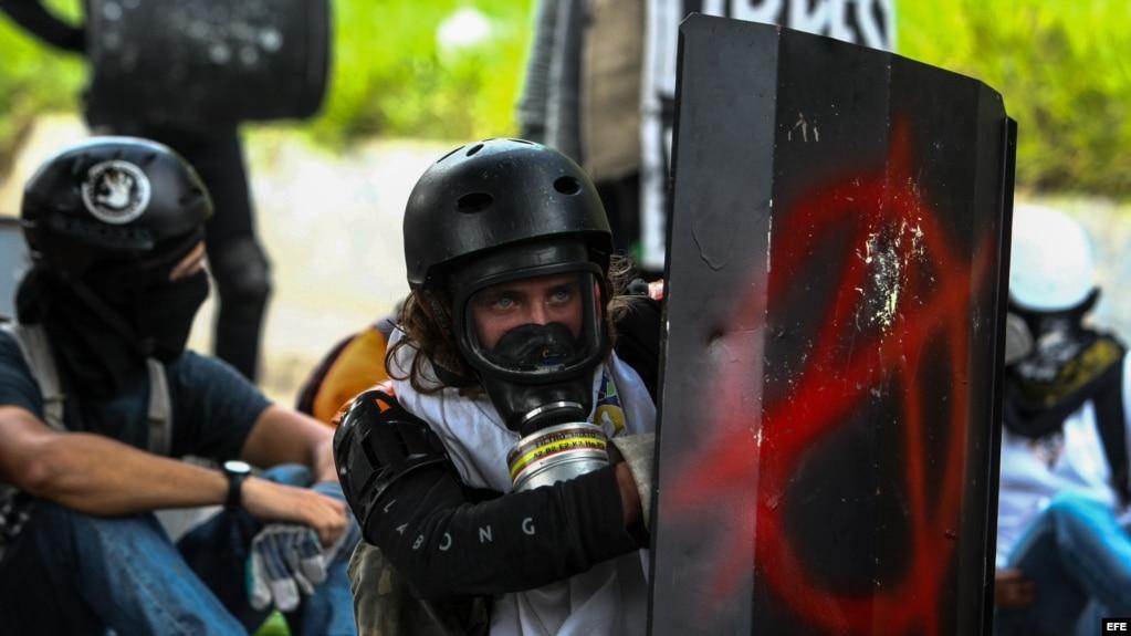 Manifestantes opositores se enfrentan a la Guardia Nacional Bolivariana en Caracas.