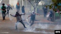 Opositores se enfrentan a la policía bolivariana en el sector de Chacao (17 de abril 2014).