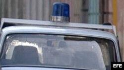 Fotografía de un auto patrullero en Cuba.