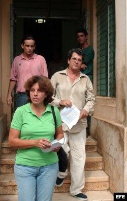 Oswaldo Payá y su esposa abandonan la sede del Parlamento cubano luego de entregar una caja con 14364 firmas de ciudadanos avalando las reformas que promueve el Proyecto Varela.