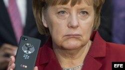 Fotografía de archivo del 5 de marzo de 2013 que muestra a la canciller alemana Angela Merkel con un teléfono Blackberry