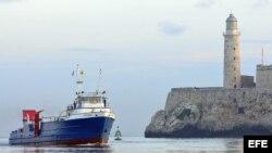 """Vista del barco estadounidense """"Ana Cecilia"""", cuando llega al puerto de La Habana en julio de 2012 con carga humanitaria."""