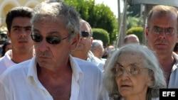 LA HABANA (CUBA), 02/10/09.- La poetisa Fina García Marruz (c),y su hijo Sergio Vitier.