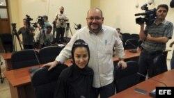 Foto de archivo septiembre de 2013 muestra a Jason Rezaian (c-dcha) y su mujer Yeganeh Salehi (c-izq)