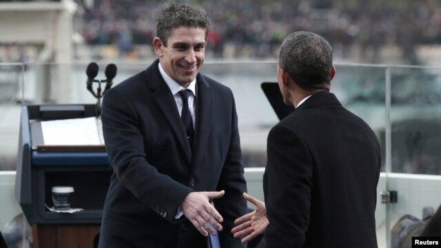 Barack Obama saluda al poeta Richard Blanco luego de su participación en la ceremonia inaugural.