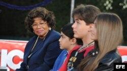 """Foto de archivo. Paris (d), Prince (2d) y Blanket (3d), hijos del """"rey del pop"""" Michael Jackson, asistieron el jueves 26 de enero de 2012, en compañía de su abuela, Katherine Jackson (i), a una ceremonia en honor al músico fallecido."""