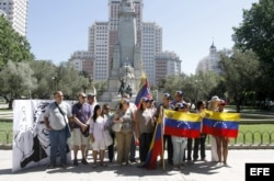 Un grupo de venezolanos se manifiesta en la Plaza de España, centro de Madrid, en apoyo a oposición venezolana