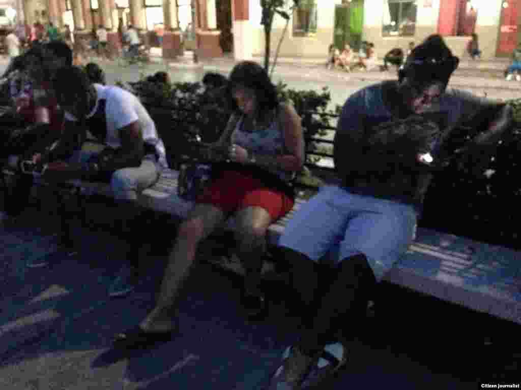 Conectados al Wi-Fi desde Guantánamo. Foto: Leinier Cruz.