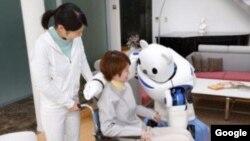 El robot cumple órdenes a control remoto operado por pacientes.