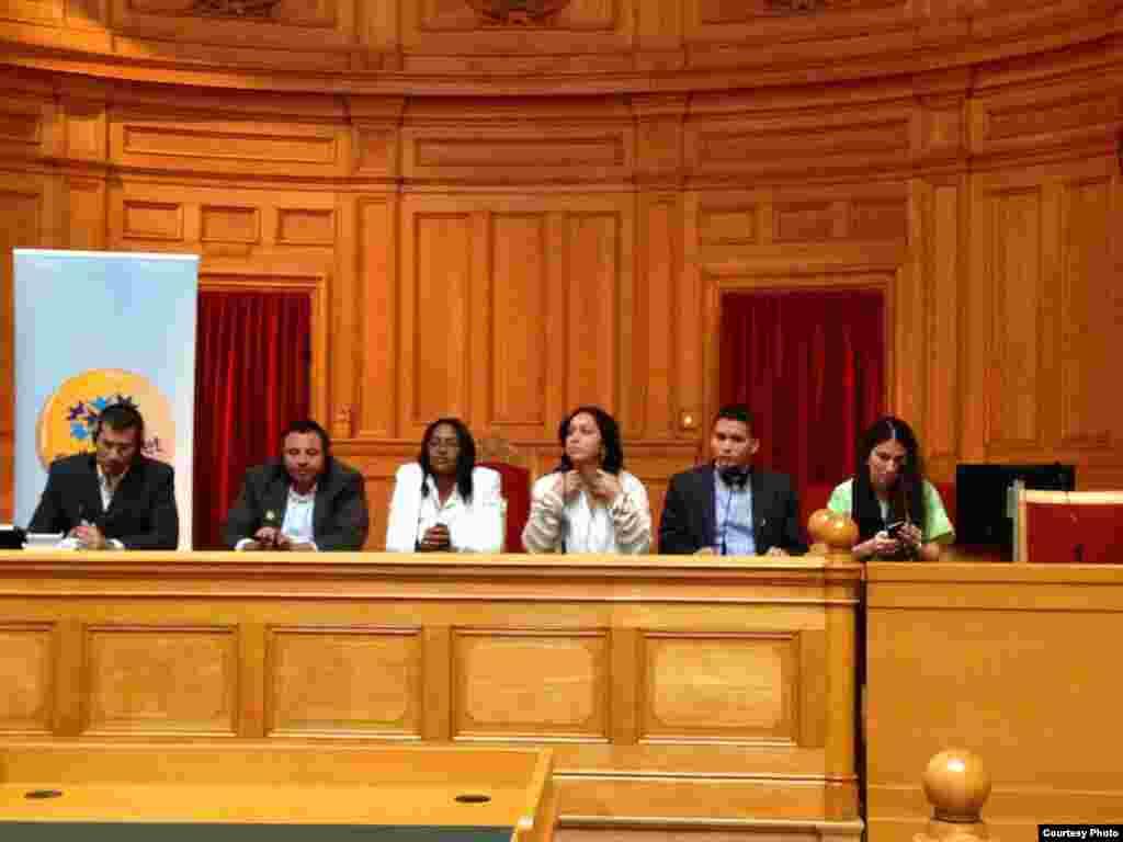 Activistas cubanos en el parlamento sueco, de izquierda a derecha: Antonio Rodiles, Roberto de Jesús, Laritza Diversent, Mirian Celaya, Eliecer Ávila y Yoani Sánchez.