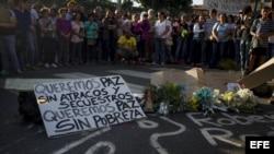 Un grupo de personas participa en una misa por la muerte de un joven durante las protestas de ayer, en el marco de una manifestación estudiantil en Caracas .