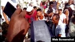 """Sepelio del joven Yosvani Paneque Castillo, muerto a manos de un custodio a las afueras de la fábrica de cemento """"José mercerón"""", en Santiago de Cuba."""