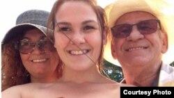 Angélique, junto a su madre y su padre, fallecido en Cuba mientras vacacionaba. (Foto de Angélique Villeneuve-Veer/Facebook)