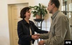 Roberta Jacobson conversa con José Daniel Ferrer.