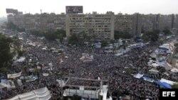 Simpatizantes del depuesto presidente Mohamed Mursi gritan consignas en una protesta, a las puertas de la mezquita de Rabaa al Adauiya en El Cairo, Egipto.