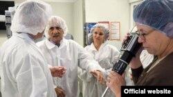 Los médicos cubanos Nancy Milián y José de Jesús Portilla (c) visitan el Colegio de Ciencias Comunitarias de la Salud de la Universidad de Alabama.