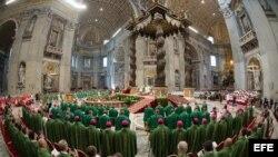 Fotografía distribuida por L' Osservatore Romano que muestra a obispos durante la misa solemne que abrió la III Asamblea General Extraordinaria del Sínodo de obispos sobre la Familia.