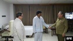 Raúl Castro visita a Evo Morales en el hospital donde se recupera