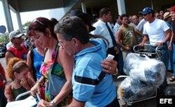 ARCHIVO. Cubanos llegados de Miami saludan a sus familiares.
