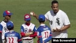 José Abreu impartió una clase práctica a niños cubanos en diciembre.