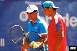 Rafael Nadal (d) conversa con su entrenador y tío Toni Nadal, en las pistas del Club de Tenis Barcelona.