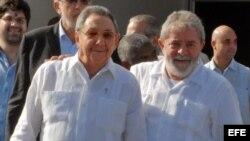 Raúl Castro despide a Lula en el aeropuerto José Martí de La Habana, el 2 de junio de 2011.