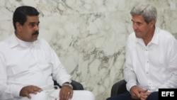 Fotografía cedida por el Palacio de Miraflores donde se observa al presidente de Venezuela, Nicolás Maduro (i), hablando con el secretario de Estado de Estados Unidos, John Kerry (d), hoy, lunes 26 de septiembre de 2016, en Cartagena (Colombia). Maduro y