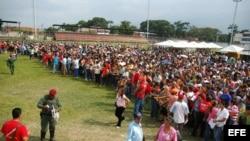 Archivo - Miles de venezolanos esperan en la localidad de San Antonio, estado de Táchira fronterizo con Colombia, para comprar alimentos.