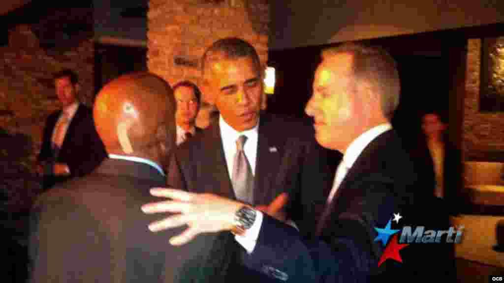 El presidente Obama saluda al opositor Guillermo Fariñas