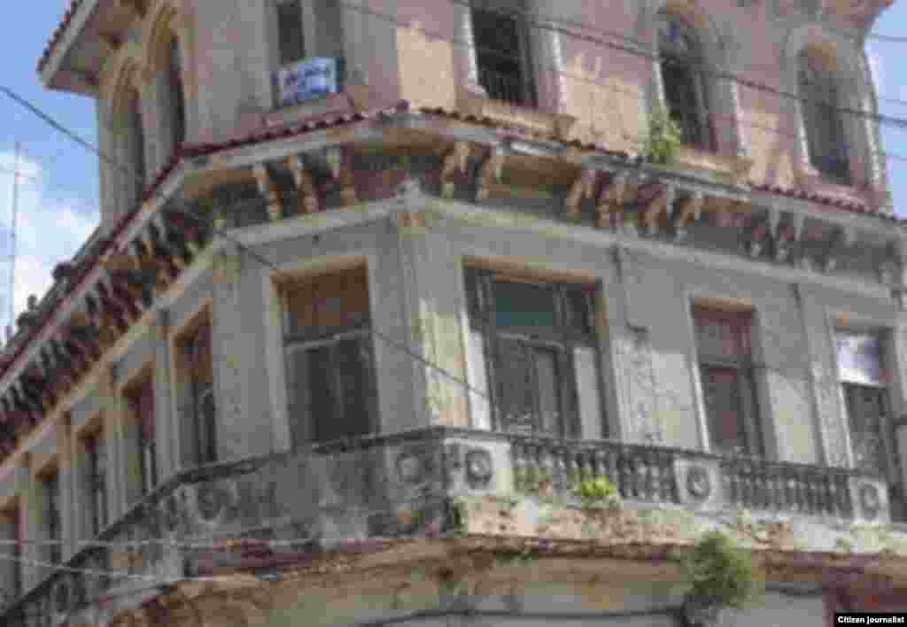 Edificio en la calle Máximo Gómez esquina a Pepe Antonio, en el capitalino municipio de Guanabacoa.