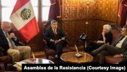 Orlando Gutiérrez Boronat (Asamblea de la Resistencia), a la izquierda, recibido por Carlos Galareta, Presidente del Congreso del Perú (al centro), Silvia Iriondo y Carlos Trujillo, representante de Estados Unidos ante la OEA.