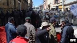 Policías se enfrentan a manifestantes en La Paz