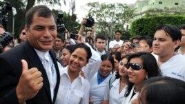 Archivo. El presidente de Ecuador, Rafael Correa conversa con jóvenes ecuatorianos que estudian medicina en Cuba en 2008.