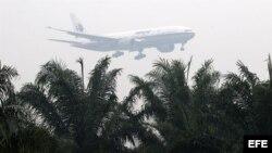 Un avión de la compañía Malaysia Airlines aterriza en el aeropuerto de Kuala Lumpur en Sepang (Malasia)
