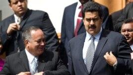 Diosdado Cabello, a la izquierda, junto al vicepresidente, Nicolás Maduro