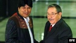 Raúl Castro (d), saluda al presidente boliviano Evo Morales (i) en Habana, septiembre 2006